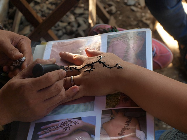 malování henou na ruku