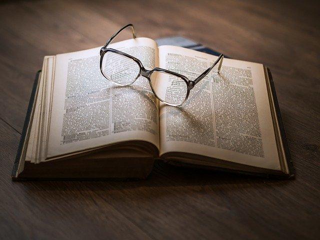 kniha s okuliarmi