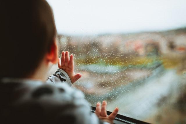Dieťa, okno, dážď