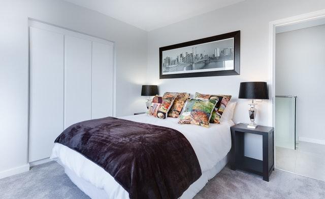 Veľká manželská posteľ s hrubým matracom