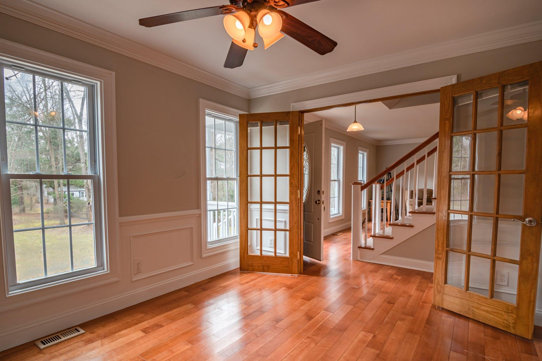interiér, dvere, schody
