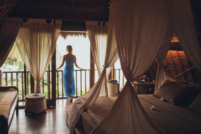 posteľ, žena, zábradlie