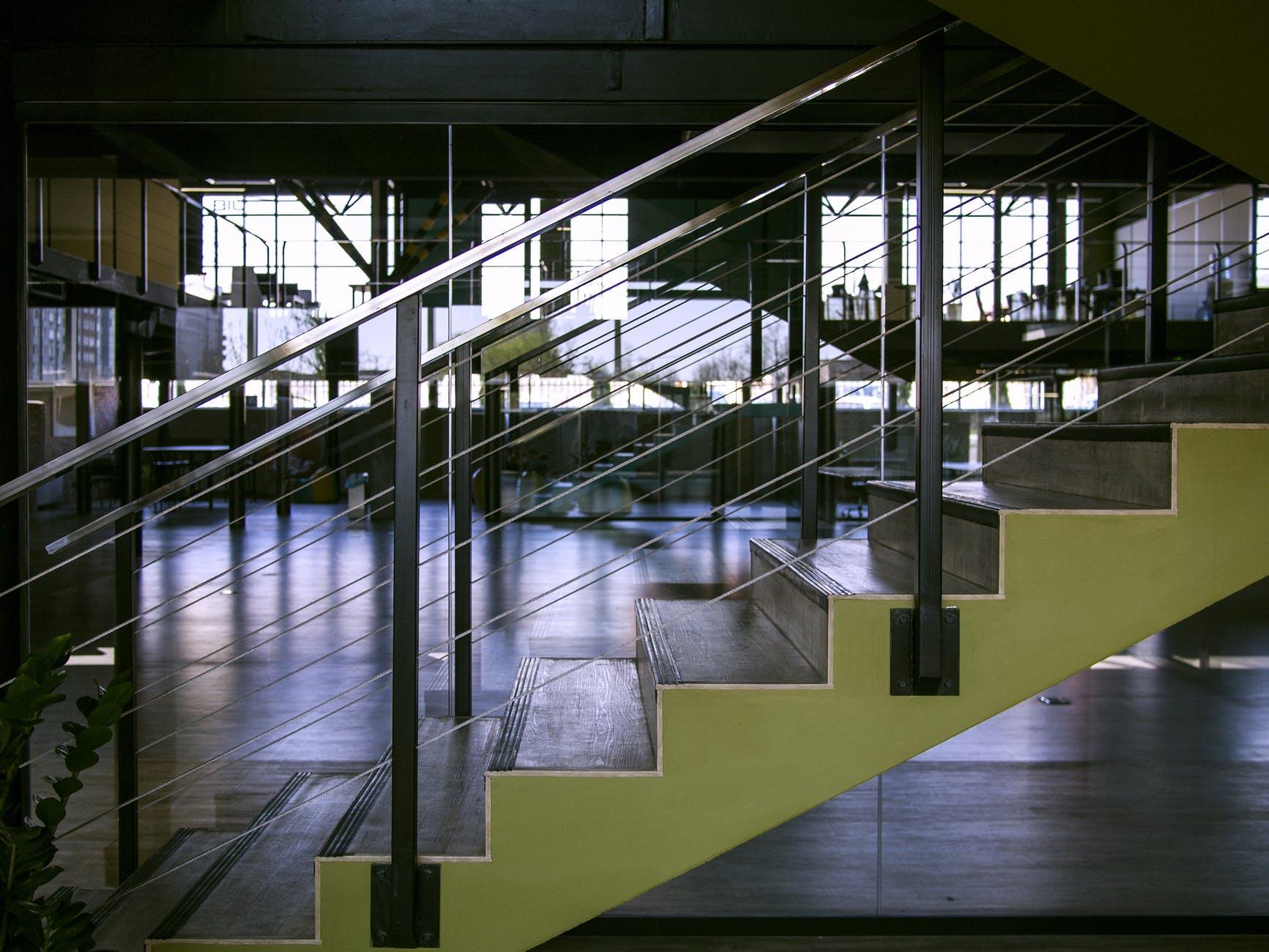 schody so zábradlím